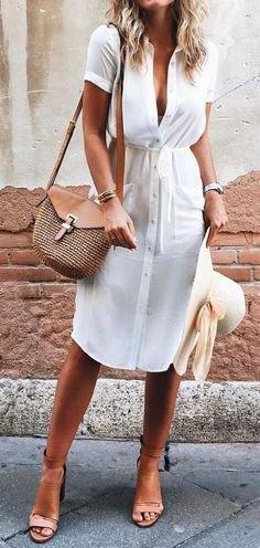 vit midiklänning med knäppning och ljusrosa klackar med öppen tå