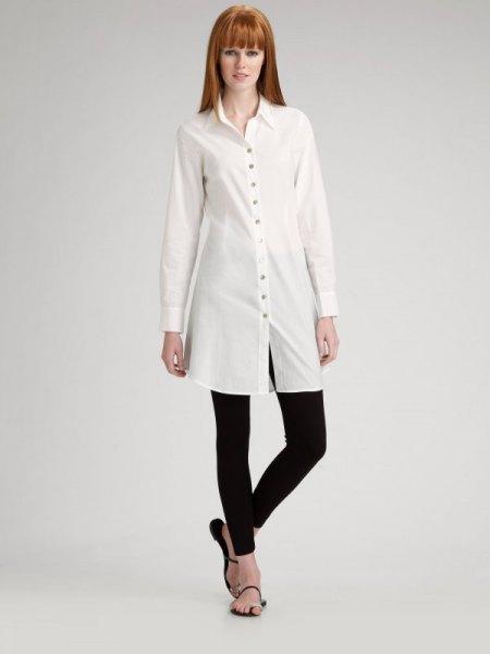 vit långärmad tunikatröja med svarta leggings och flip-flops