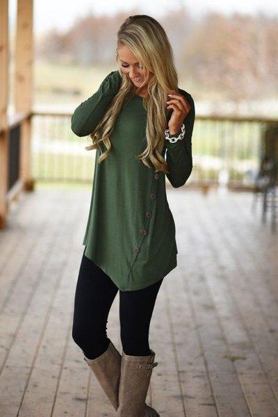 olivgrön asymmetrisk långskjorta med knappar, leggings och knähöga stövlar