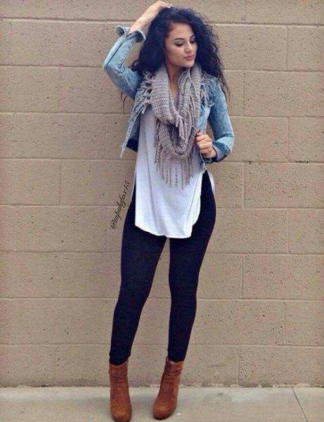 kort jeansjacka med en lång vit blus och svarta leggings