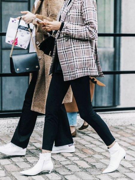 grå rutig tweed blazer med svarta skinny jeans och vita fotkängor med kattunge klackar