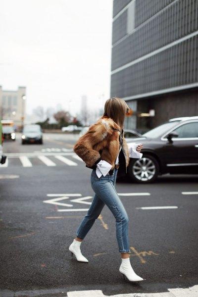 brun fuskpäls med grå skinny jeans