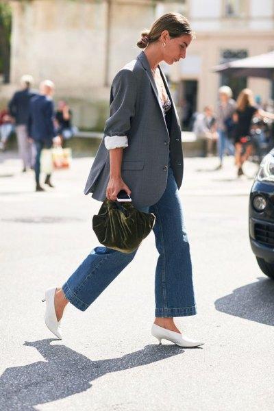 grå kavaj med blå vida jeans och vita stövlar med kattungeklackar