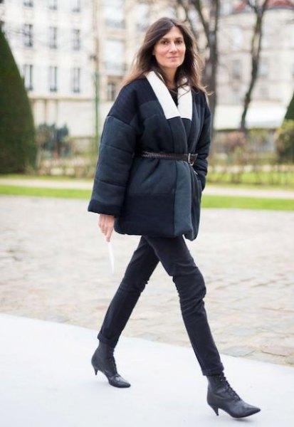 svart kappa med bälte och korta stövlar med kattungehäl i läder
