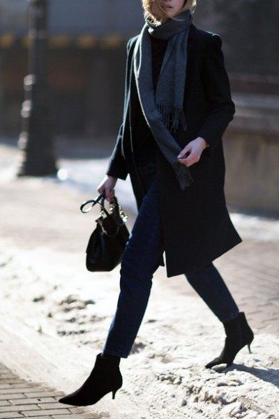 svart ullrock med grå lång halsduk