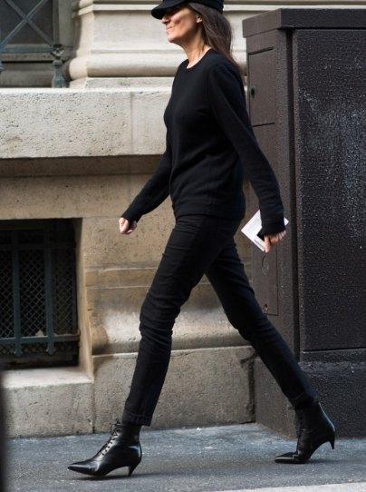 svart stickad tröja med avslappnad passform och basebollkeps