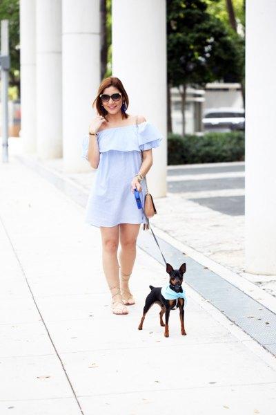 Ljusblå axelbandslös mini-svängklänning med nakna, platta sandaler
