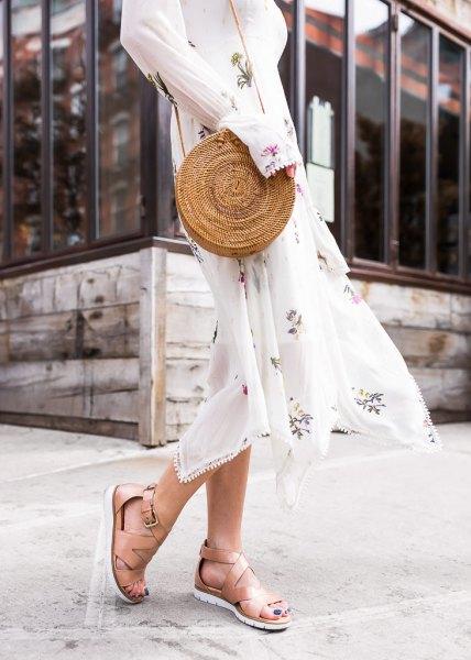 vit, långärmad midi chiffong passform och flare klänning med nakna vandringssandaler