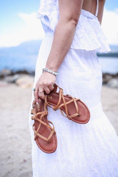 vit tank maxiklänning med bruna vandringssandaler