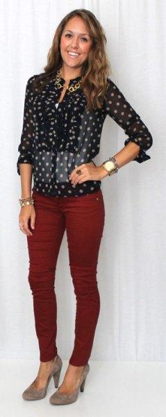 Svartvita prickiga skjortor burgundy jeans