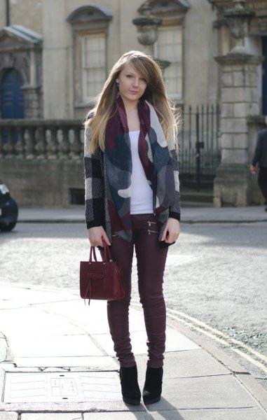 grå och vit ullblazer burgundy jeans