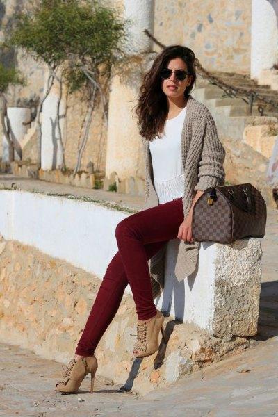 Burgundy jeans ljusrosa ribbad kofta