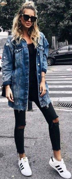blå pojkvän jeansjacka med svart spets scoop hals topp och rippade jeans