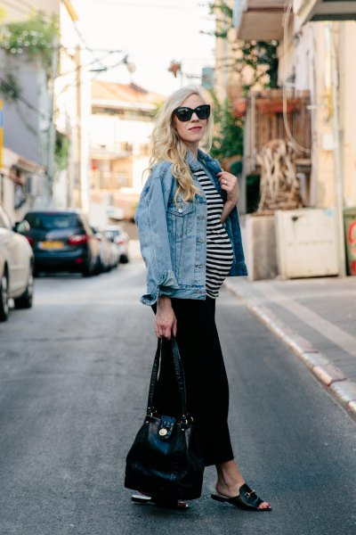 blå jeansjacka med svartvitt randig topp och svarta byxor med vida ben