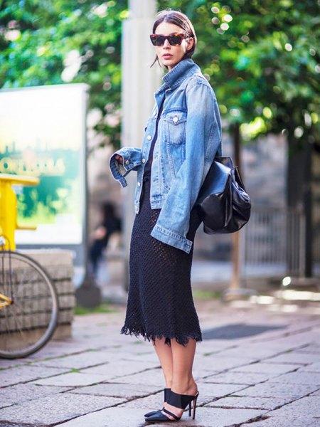 blå oversized denimjacka med svart midi shift-klänning
