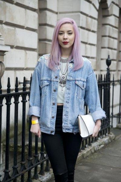 ljusblå pojkvän jeansjacka med vit kort t-shirt och svarta jeans
