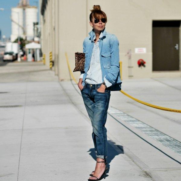 Blå jeansjacka med lätt chambray-skjorta med knappar och jeans med raka ben och ärmslut
