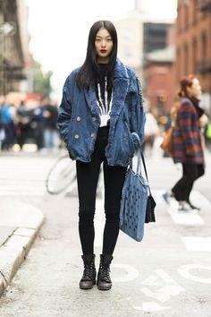 Pojkvän jeansjacka med blå fuskpälskrage och svarta höghus