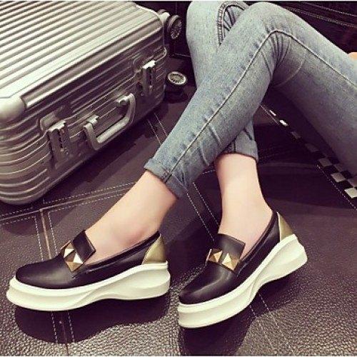 grå skinny jeans med svarta och vita, semi-formella sneakers