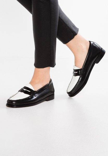 svarta slim fit korta jeans och vita tofflor