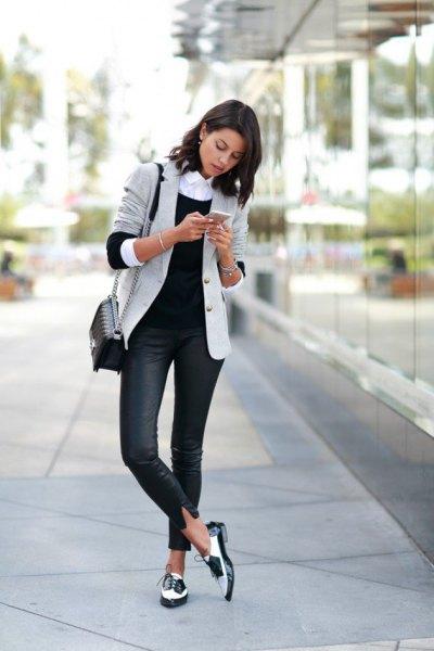 ljusgrå kavaj med mörkblå skinny jeans och svarta och vita kvällskor
