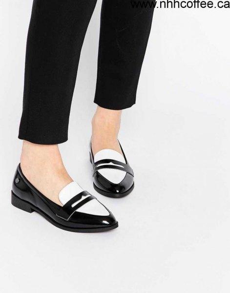 Slim-fit chinos med svarta och vita läderskor