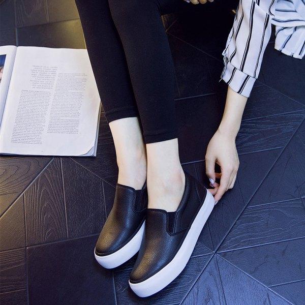 Smala jeans med svarta och vita läderskor