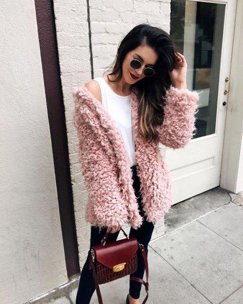 rosa fuzzy tröja kofta med vit väst topp och svarta jeans