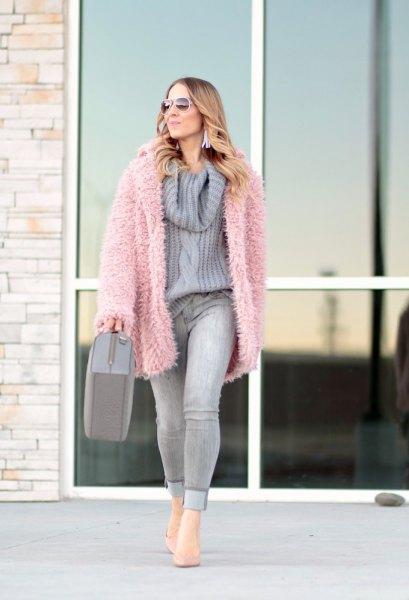 överdimensionerad ljusrosa fuzzy kofta med ljuslila stickad tröja