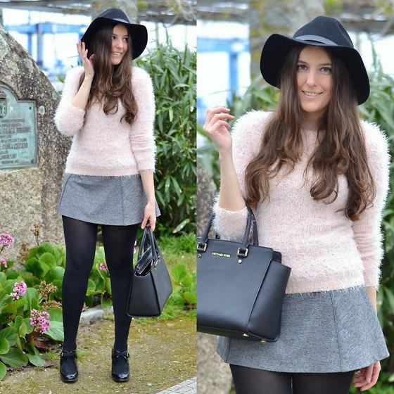 Ljusrosa fuzzy tröja med en grå ull minikjol