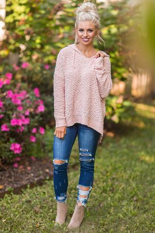 rosa fuzzy tröja med blå rippade jeans
