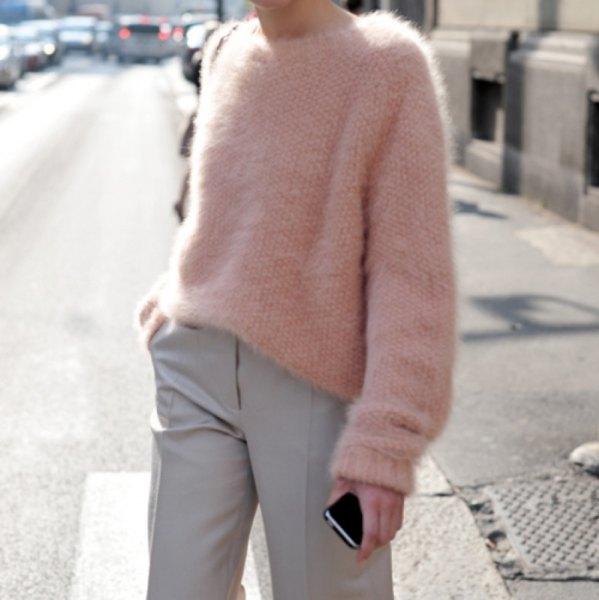 Fuzzy chunky tröja med ljusgrå chinos