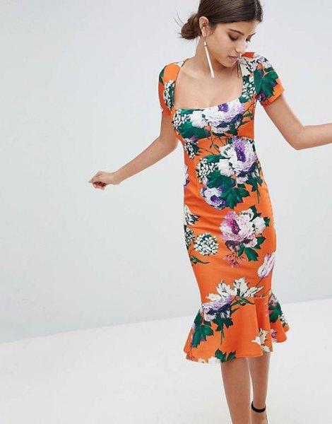 orange-vit midiklänning med blommönster och klackar med öppna tå