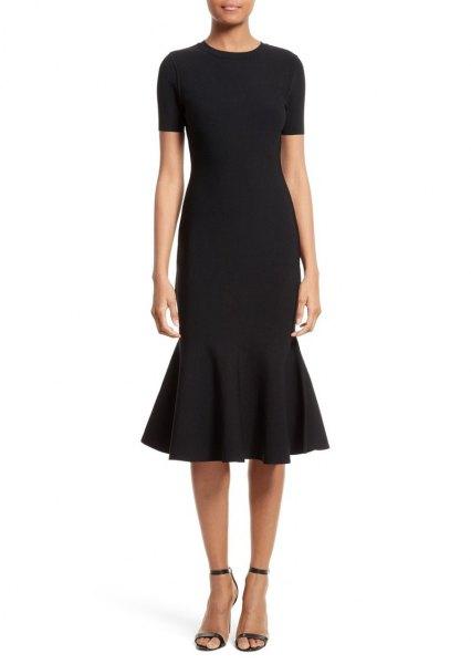 svart kortärmad midiklänning med klackar med öppen tå och ankelband