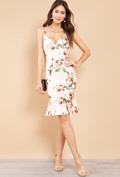 vit midiklänning med blommönster och ljusrosa klackar med öppna tår