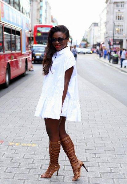vit miniklänning med klackar i mattguld