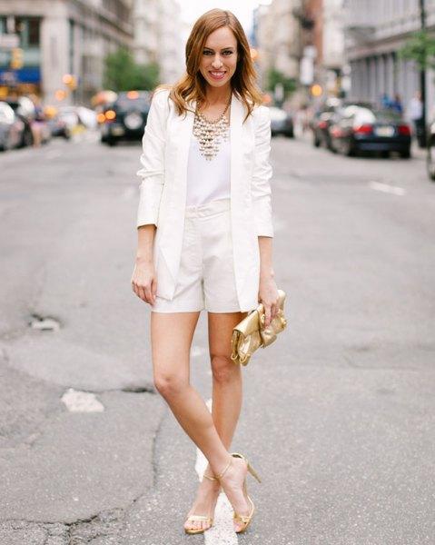 vit kavaj med mini-shorts och guldsandaler