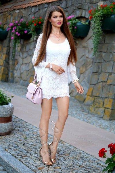 vit långärmad miniklänning med guld gladiator sandaler