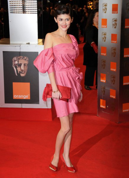 rosa rynkad miniklänning med midja i axeln med läderkoppling
