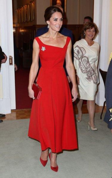 Röd, fyrkantig passform och fläckad maxiklänning med matchande mockaklackar