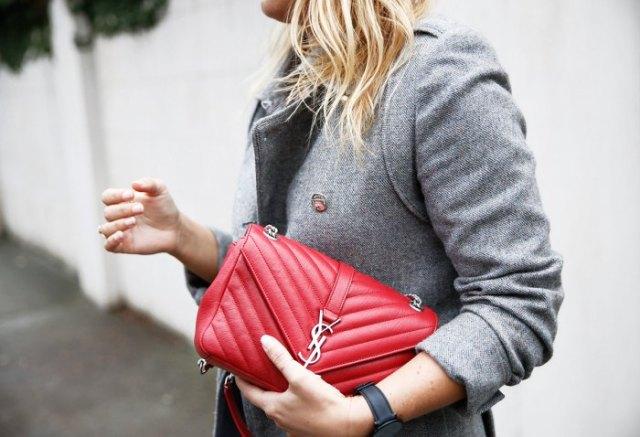 grå tweed-kavaj med röd quiltad läderhandväska och jeans