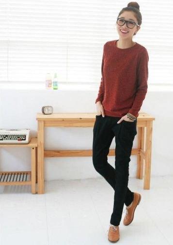 brun stickad tröja med svarta skinny jeans och bruna klädskor