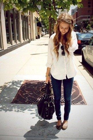vit pojkvänskjorta med mörkblå skinny jeans