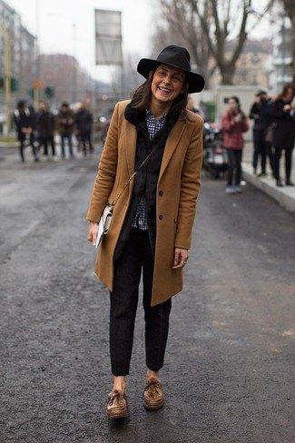 brun longline-kavaj med svarta slim fit-byxor och floppy-hatt