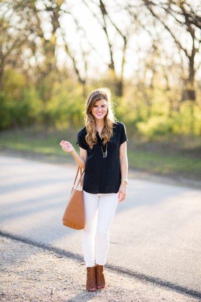 svart t-shirt med vita skinny jeans och kamel ankelklackar