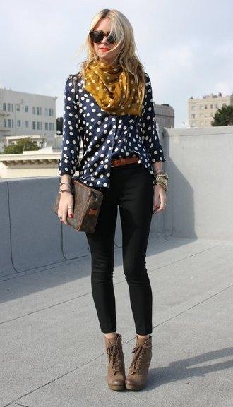 mörkblå och vit prickad blus med svarta skinny jeans