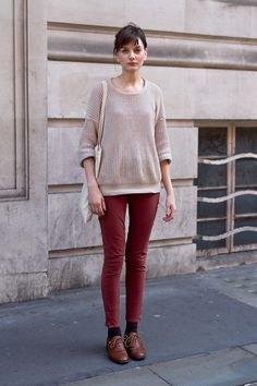 grå tröja med bruna skinny jeans och oxfordskor
