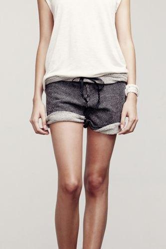 svart ärmlös t-shirt med grå joggebyxa med muddar