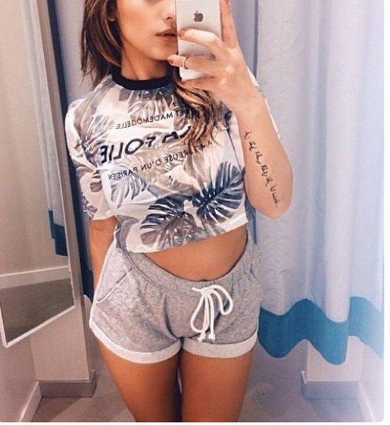 vit och rodnad kort t-shirt med grå mini-byxa
