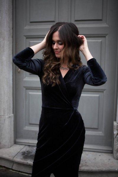 Knälång klänning i svart sammet med silverfärgad kedja